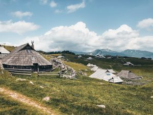 "<img src=""Chaty velika planina.jpg"" alt=""Velika Planina Slovinsko Twovelers"">"