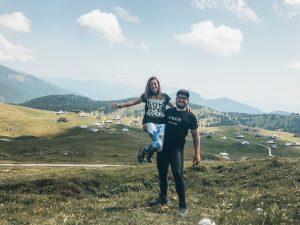 """<img src=""""Velika Planina Slovinsko Twovelers.jpg"""" alt=""""Velika Planina Slovinsko Twovelers"""">"""