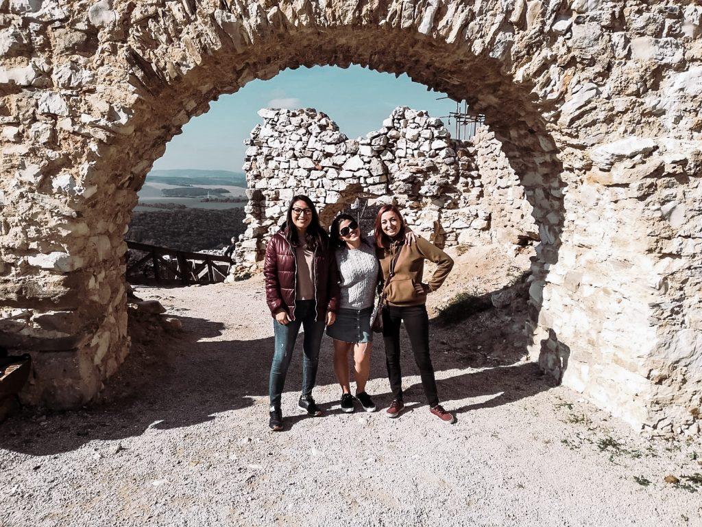 """<img src=""""čachticky hrad twovelers with friends.jpg"""" alt=""""čachtický hrad výlet bathory castle with twovelers"""">"""