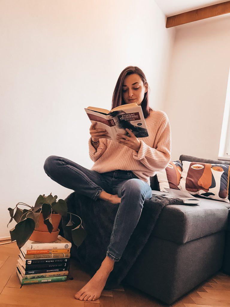 """<img src=""""knihy, pri ktorých zabudneš, že si v karenténe.png"""" alt=""""koronavírus karanténa čo čítať aké knihy"""">."""
