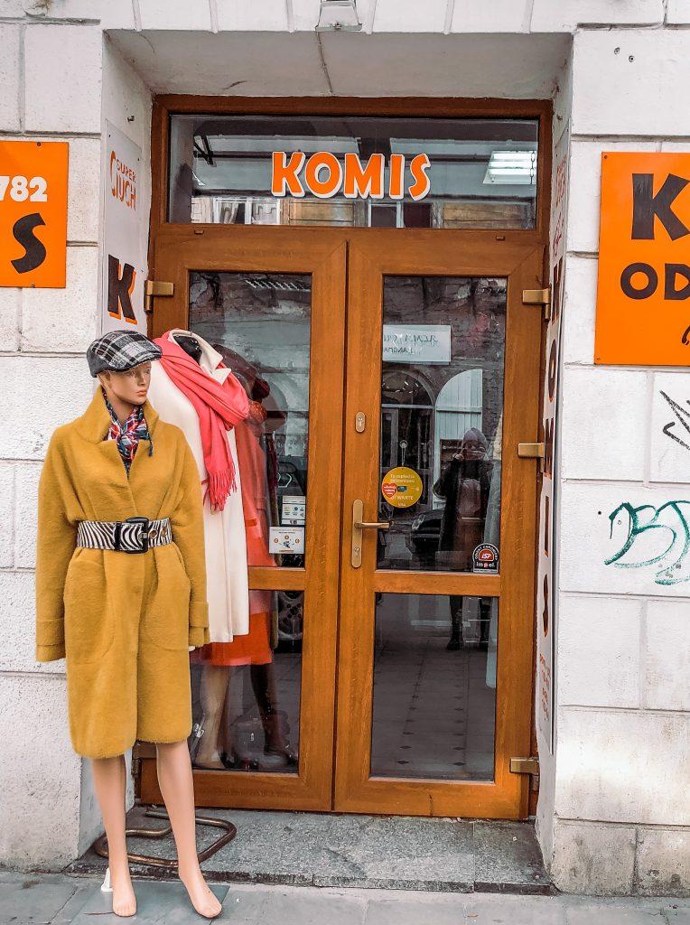 "<img src=""komis odziezowy krakow second hand twovelers.jpg"" alt=""komis vintage second hand in krakow"">."