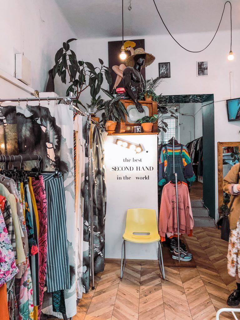 "<img src=""twovelers second hand krakow.jpg"" alt=""second handy v  Krakove vintage shop starowislna"">."