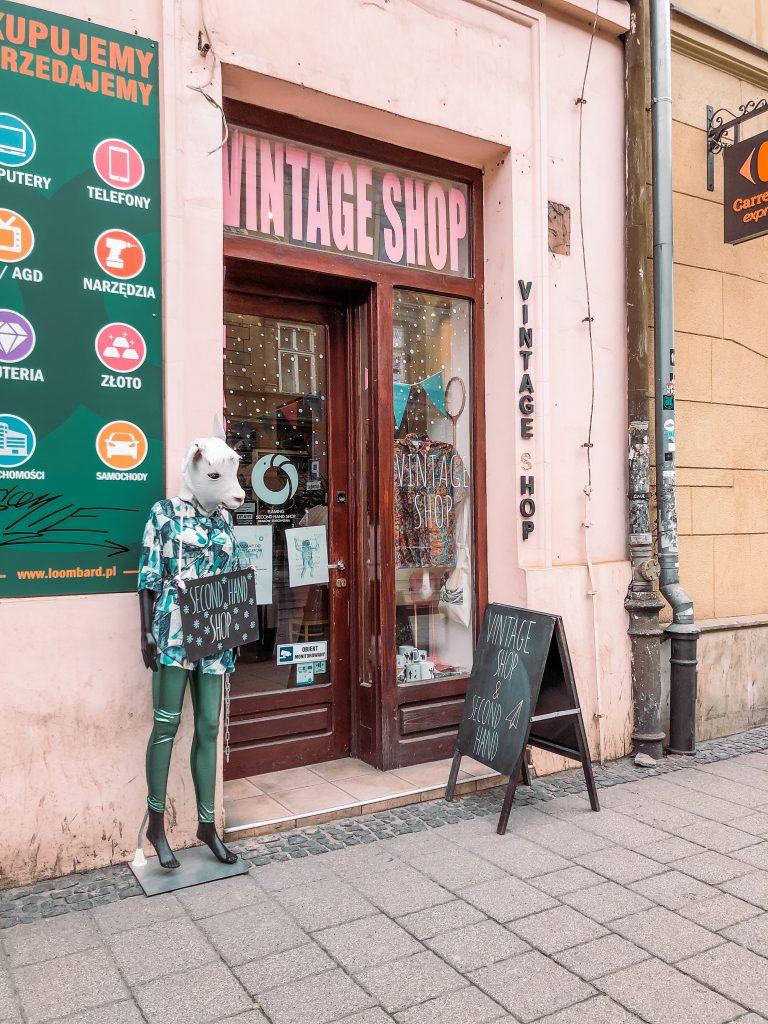 """<img src=""""vintage shop krakow twovelers second hand.jpg"""" alt=""""najlepšie second handy v  Krakove tipy"""">."""