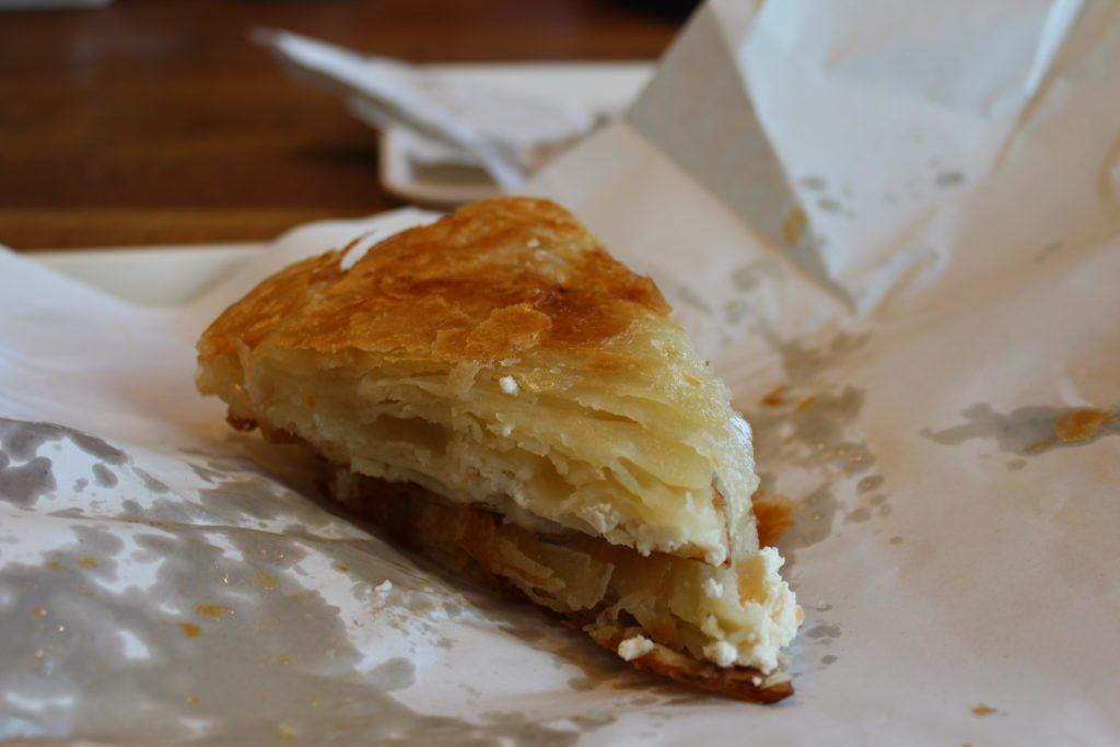 "<img src=""Twovelers-srbsko-burek.jpg"" alt=""srbské mesto niš jedlo burek"">"