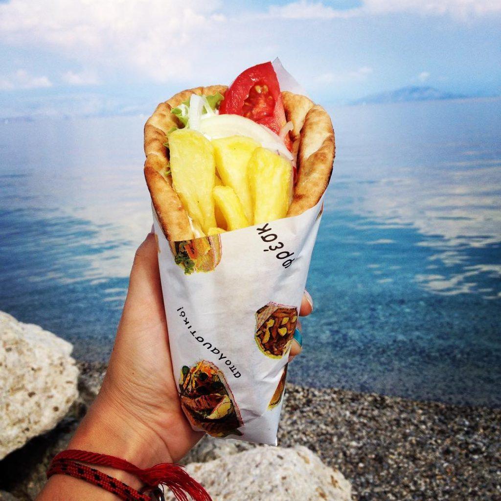 "<img src=""twovelers-pita-korfu-jedlo.jpg"" alt=""najlepie jedlo na svete grecko pita korfu twovelers blog"">"