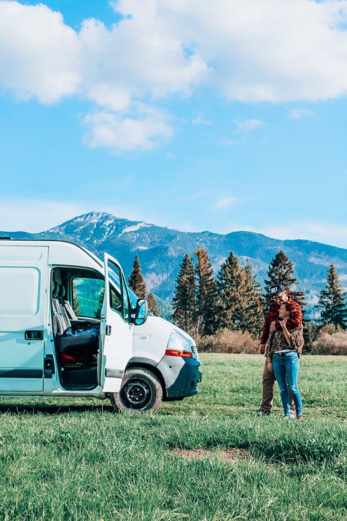 """<img src=""""Twovelers blog - obytné auto Tatry slovensko.jpg"""" alt=""""couple traveling twovelers in campervan """">"""