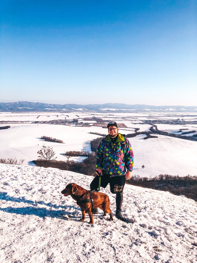 zimná krajina Považia, so psom