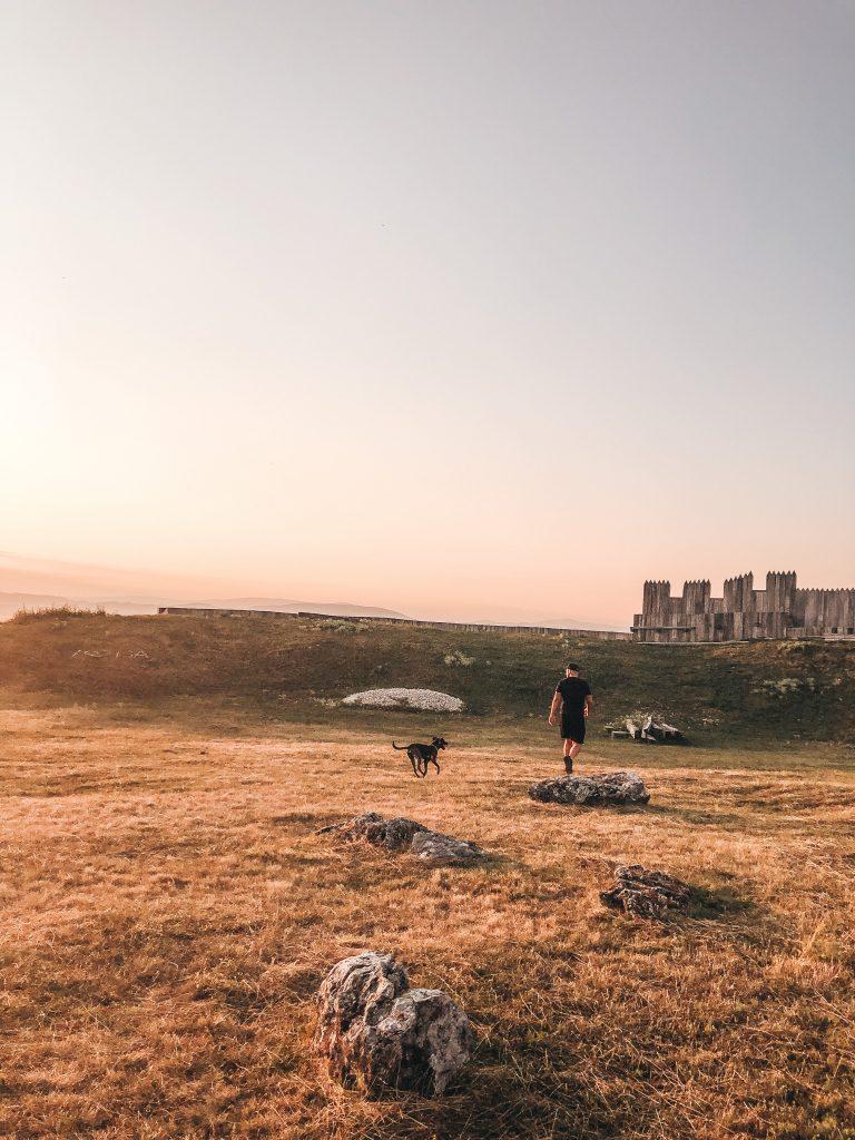 velkomoravske hradisko kostolec vylet so psom pri zapade slnka